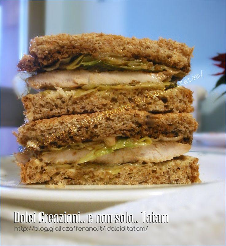 Sandwich di pollo con pane integrale, uno spuntino veloce e saporito e, se vogliamo, anche light, composto da petto di pollo alla griglia, insalata ....