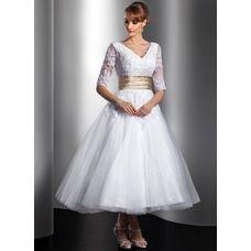 [SEK 1167] A-linjeformat V-ringning Te-längd Tyll Charmeuse Bröllopsklänning med Spets Skärpband Pärlbrodering (002014739)