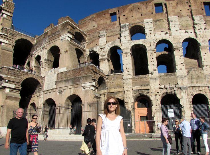 El Coliseo, Roma. Es un anfiteatro de la época del Imperio romano, construido en el siglo I. Originalmente era denominado Anfiteatro Flavio, en honor a la Dinastía Flavia de emperadores que lo construyó, y pasó a ser llamado Colosseum por una gran estatua ubicada junto a él, el Coloso de Nerón, no conservada actualmente. Es uno de los monumentos mejores conservados de la antigüedad clásica. Fue declarado Patrimonio de la Humanidad en 1980 por Unesco y es una de Las Siete Maravillas del…