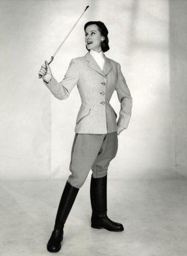 Onbekend | Sportkleding. Elegante ruiterkleding/paardrijkleding voor dames bestaande uit een rijbroek, getailleerd jasje met knoop sluiting, paardrijlaarzen en een zweepje. Van deze kleding zijn Libelle patronen beschikbaar in de maten 36 t/m 44. Nederland 1958.