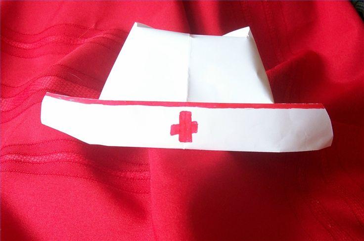 Como fazer um chapéu de enfermeira com papel