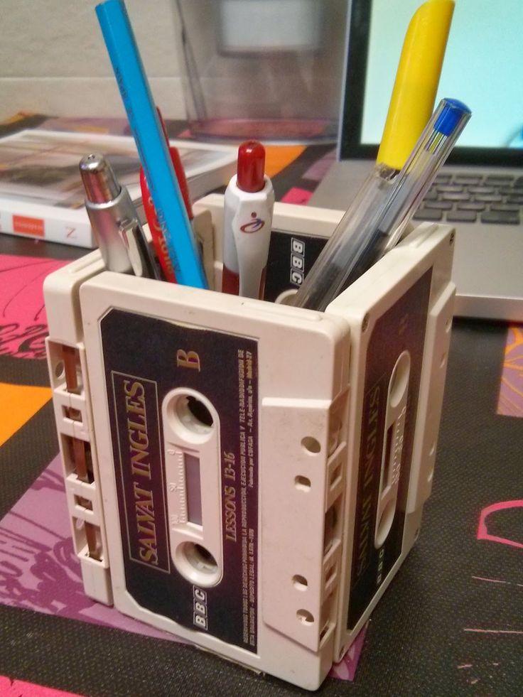 Una sencilla forma de #reciclar y dar personalidad a tu escritorio http://www.sarzena.com/2013/11/el-porta-lapices-de-tus-recuerdos.html