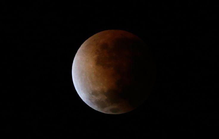 Le prime fasi di un'eclissi lunare vista da Buenos Aires, in Argentina.