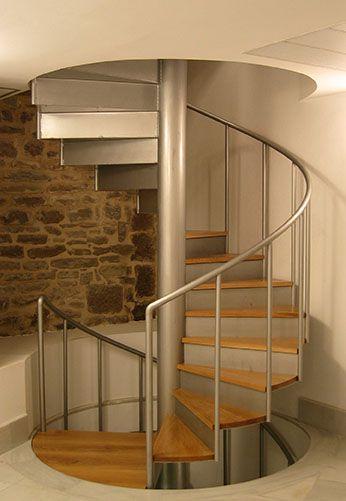 Barandillas de acero inoxidable en escalera de caracol