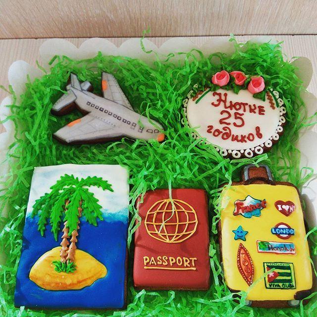 Подарочный набор пряников для любителя путешествий. #имбирныепряники #имбирноепеченье #сладкийподарок #росписьпряников  #заказпряников #пряникиназаказ #сладкоедетям