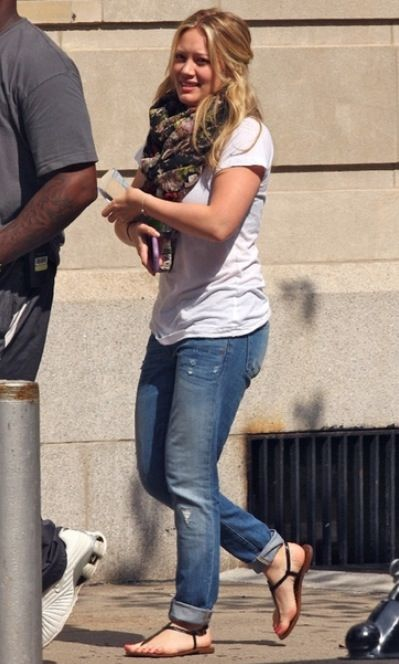 Love Hilary Duff in these boyfriend jeans! A perfect addition for the spring or summer.