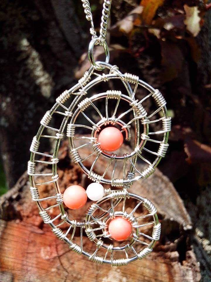 Pandantiv realizat din fir placat cu argint si pietre semipretioase- coral roz si jad alb.