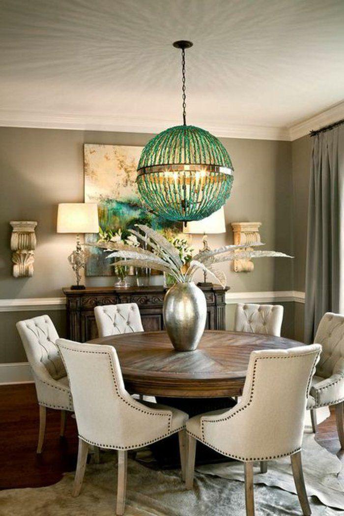salle à manger contemporaine avec une table ronde en bois et lustre en rotin