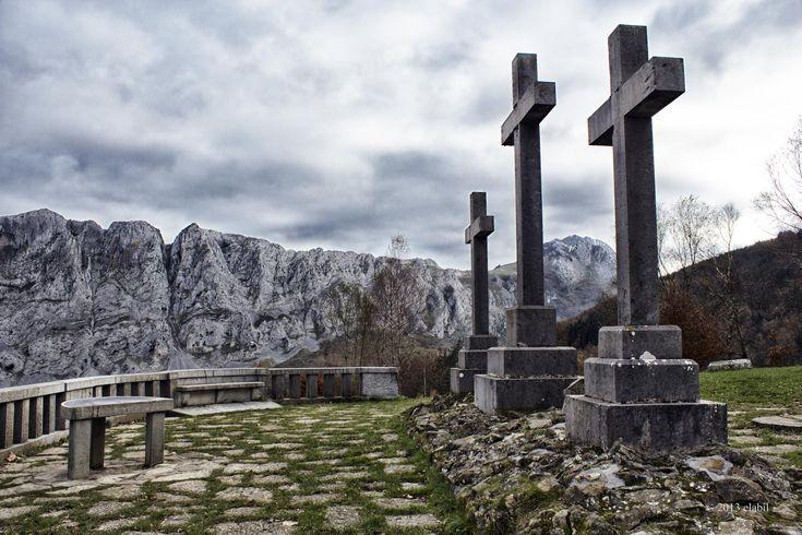 El mirador de las tres cruces, se encuentra en Urkiola. Junto al Santuario, desde allí podemos apreciar la bonita crestería del Amboto. Espero que os guste, un saludo a todos los amigos de 500px y facebook.