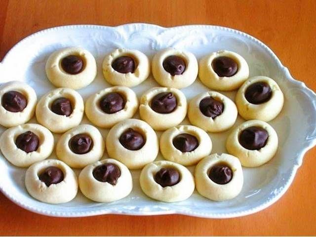 Cukroví z křehkého těsta plněné čokoládou s příchutí máty.