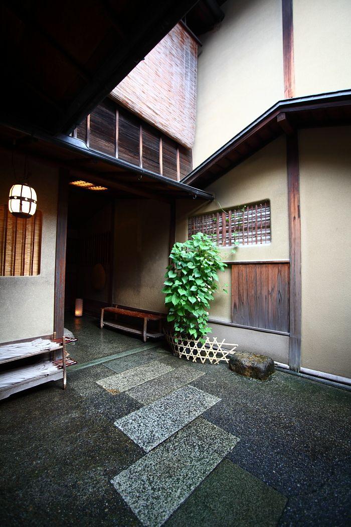 今回の旅行はいつもと順番を替えて京都最後の夜を俵屋さんで過ごすことにしました。 それはいくつか理由があるのですが、私は今回 「榮の間」に泊りたかったので...