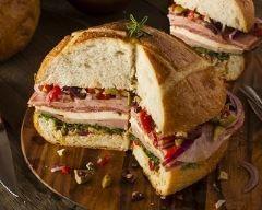Muffuletta (sandwich sicilien au salami, mortadelle et provolone) http://www.cuisineaz.com/recettes/muffuletta-sandwich-sicilien-au-salami-mortadelle-et-provolone-83120.aspx