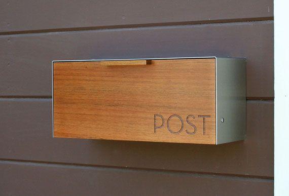 Dies ist ein Edelstahl und Teakholz Postfach messen 18 W x7.5 H x 5,5 D. Ich entwarf dieses Postfach nach der 50er Jahre schwarz-Postfach, das verwendet, um an meinem Haus hängen. Ich mochte die Art, wie, die es funktioniert, und sie inspirieren mich, diese moderne Version davon zu entwerfen. Das Holz gibt es etwas Wärme, während der 14ga-Edelstahl-Abdeckung schützt und eine robuste Schale schafft. Es entfernt einfach misst an einer Außenwand von zwei Schlüsselloch Klammern auf der Rückseite…