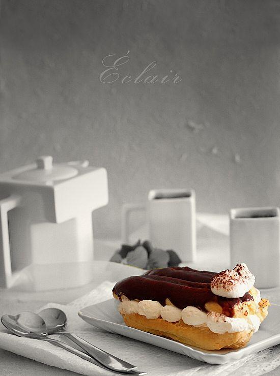 Eclere cu crema de cafea si glazura de ciocolata - retete culinare prajituri. Reteta eclere. Crema de cafea pentru eclere. Reteta glazura de ciocolata eclere.