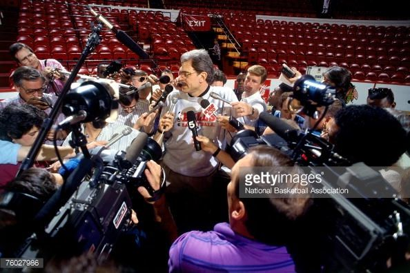 Fotografia de notícias : Chicago Bulls head coach Phil Jackson talks with...
