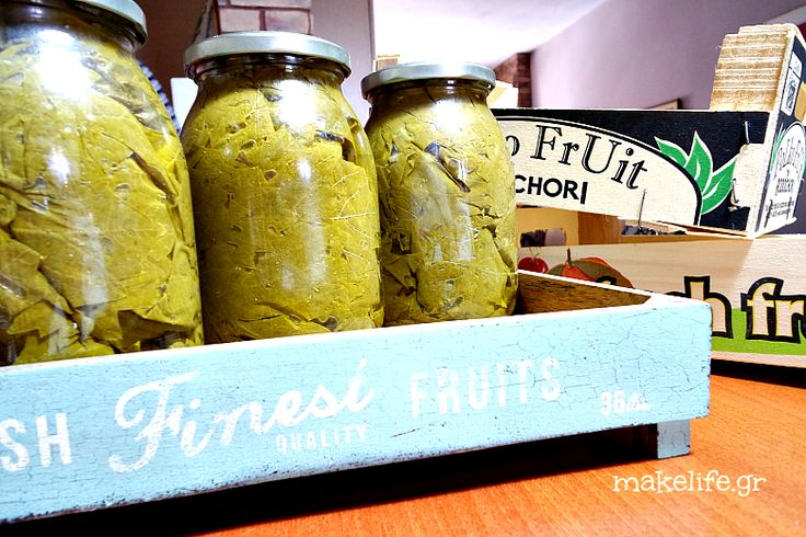 Διατηρούμε τα αμπελόφυλλα σε βάζο για να φτιάχνουμε ντολμαδάκια όλο τον χρόνο. Η καλή νοικοκυρά οργανώνει σωστά την κουζίνα της για το χειμώνα.