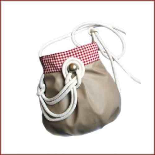 Mini torebka wykonana z imitacji skóry w kolorze beżowym,w połączeniu z tkaniną w biało-czerwoną krateczkę. Zapinana na rzep, w środku wykończona podszewką. Oryginalność torebki podkreśla dekoracyjny splot  beż z kratką do kupienia w KuferArt.pl