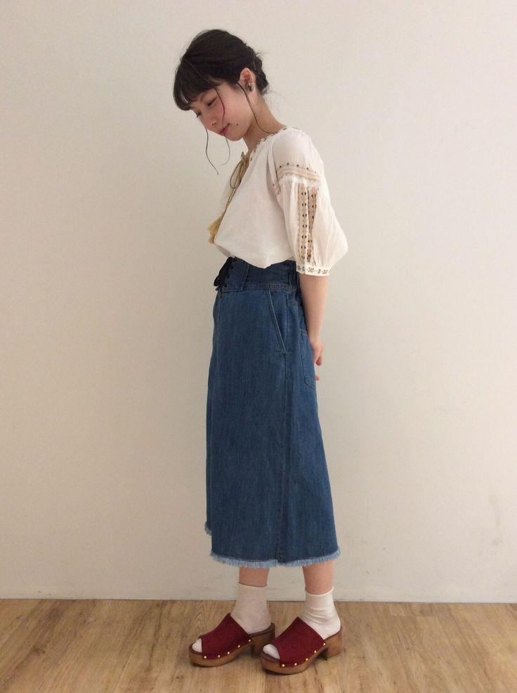 刺繍入りボリューム袖プルオーバー 刺繍の色数を抑えているので大人っぽい雰囲気に仕上がるブラウス。トレンドのウエストレースアップが目を引くスカートと合わせたガーリースタイルです。