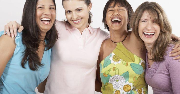 Cómo vestir camisas polo para mujer. Pocas prendas de vestir son tan versátiles o favorecedoras como la camisa polo clásica. Originalmente diseñadas para hombres, las camisas polo para mujeres están disponibles en una gran variedad de cortes, colores y telas. Puede ser apropiada para una mañana en la playa o para una exclusiva comida casual en la tarde, la camisa polo se presta para ...
