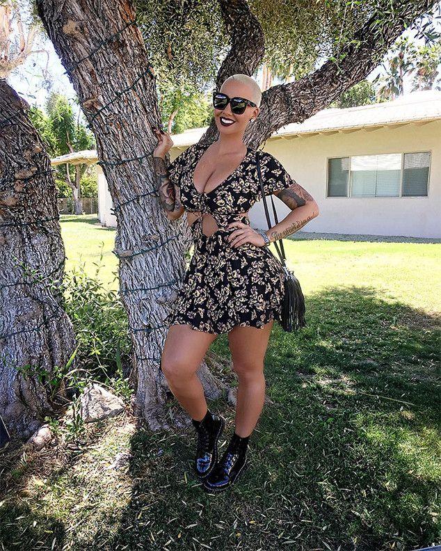 amber Rose from Coachella 2016: Estrela Sightings  O modelo de glamour sorri em uma Instagram pic.
