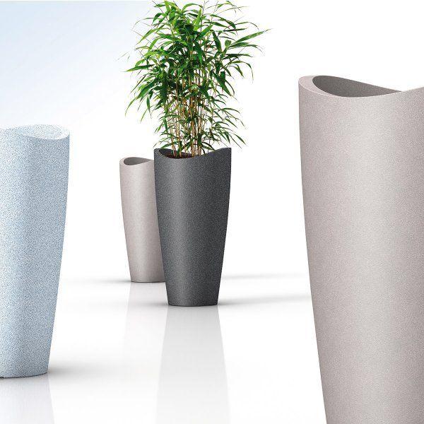 Vysoký květináč Scheurich je vyrobený z odolného plastu s imitací žuly. Je odolný proti mrazu i UV záření, takže se nemusíte bát ho umístit na terasu či zahradu, kde se stane vkusným doplňkem.