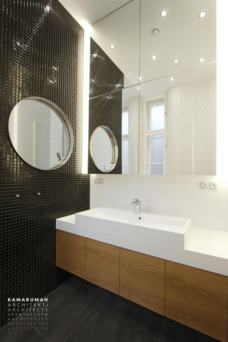 White bathroom with black and gold accents. Historical original interior. Combination of traditional style and contemporary minimalist style. 3D tour on web. #black #white #gold #mosaic #traditional #contemporary #interiorstyle #interior #style