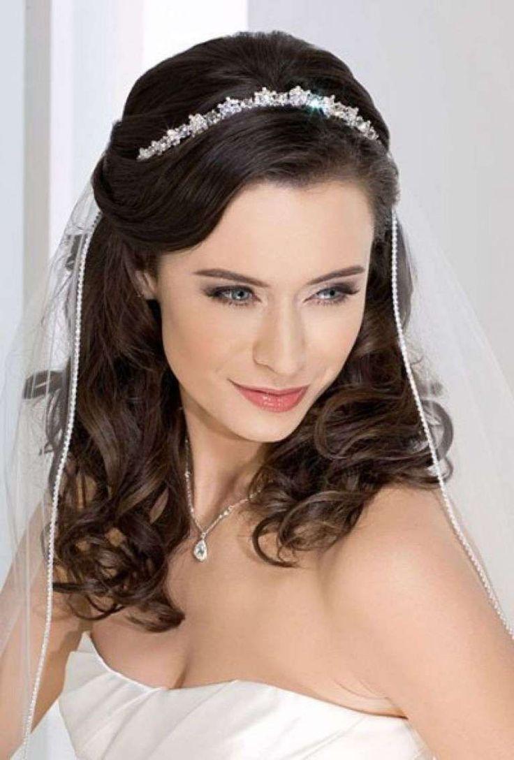 Idee acconciature da sposa con la tiara  (Foto 11/40)   Donna
