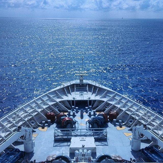 Se nos va terminando el crucero de @pullmantur pero antes de disfrutar de la última noche a bordo, nos invitaron a conocer la cabina de mando. ¡Qué cosa más linda ver el océano desde ahí! Nos mostraron todos los equipos, nos explicaron sus funciones y hasta nos contaron algunas historias increíbles que pasaron en el barco. ¡Qué ganas de seguir navegando un buen rato más! #chicasdecrucero #estapasandoenelmonarch #cruceros #cruise #Caribe #elcaribeteloda #comuviajera #travelling #travel