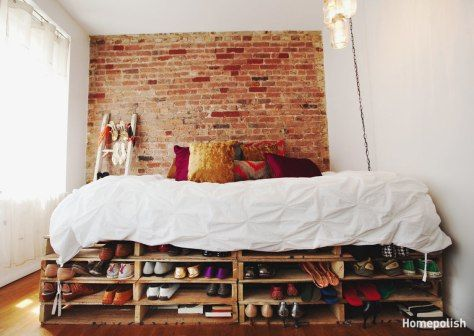 Cettechambre new-yorkaise allie toutes les astuces pour gagner de l'espace avec un petit budget. Blanc immaculé aux murs et sur le lit. Meubles et tapis chinés. Miroir immense face à la fenêtre....
