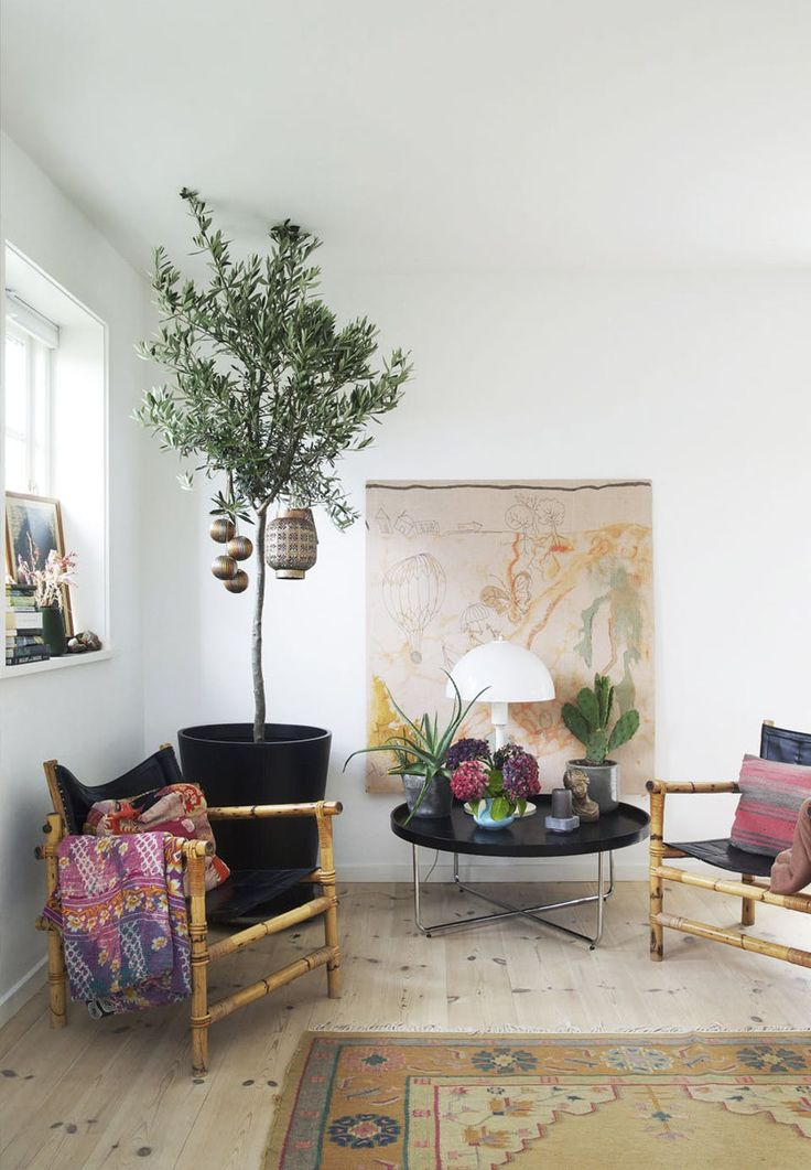 Cool corner with an ethnic look and a botanical touch - a nice combination!