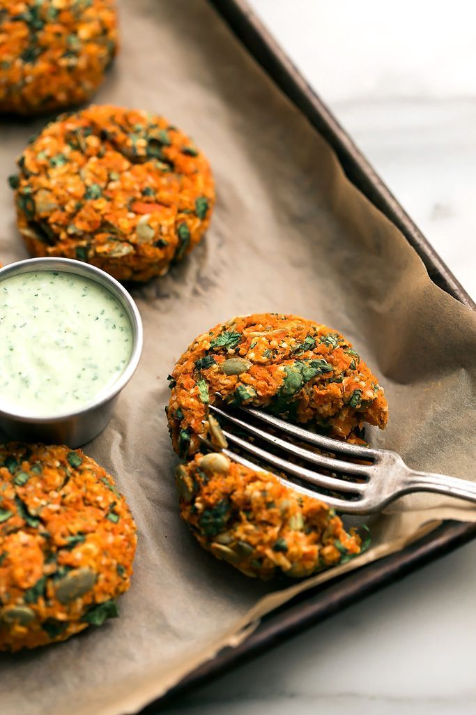 Carrot-Lentil Cakes with Garlic-Herb Tahini Sauce Excellent. Avec épinards, persil, diverses graines et purée de cajou en remplacement des ingrédients qui me manquaient.