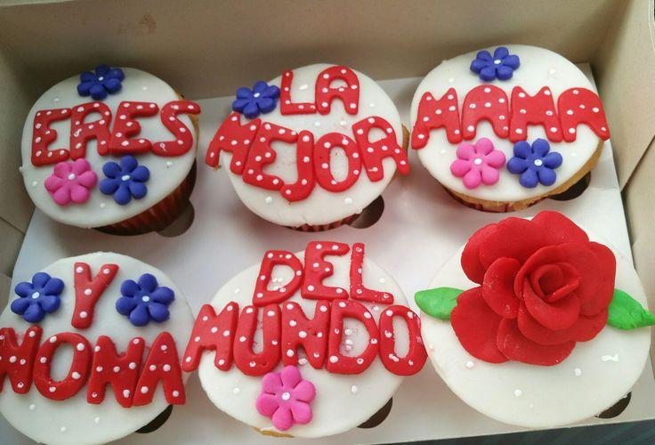 Porque todavía estamos celebrando el mes de la mamá! Con estos deliciosos cupcakes de vainilla con chips de chocolate!