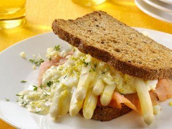 Asperge-maaltijdsandwich met gerookte zalm, gekookt ei en tuinkers