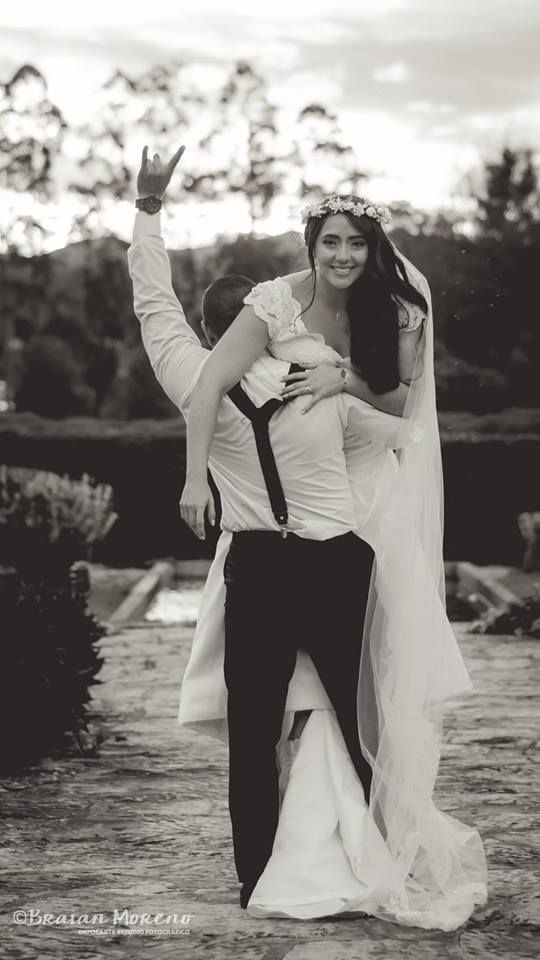Epic wedding pic! Novios felices. :)