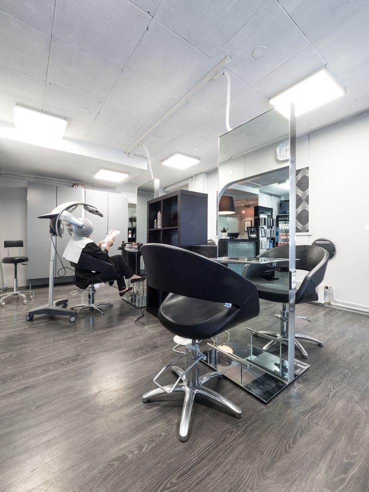 Bright and smooth light makes working more enjoyable. Hius-Studio Fu in Kajaani with new LED-panels. Hius-Studio Fu Kajaanin uudet LED-paneelit tekevät työskentelystä mukavempaa kirkkaan ja tasaisen valon vuoksi.