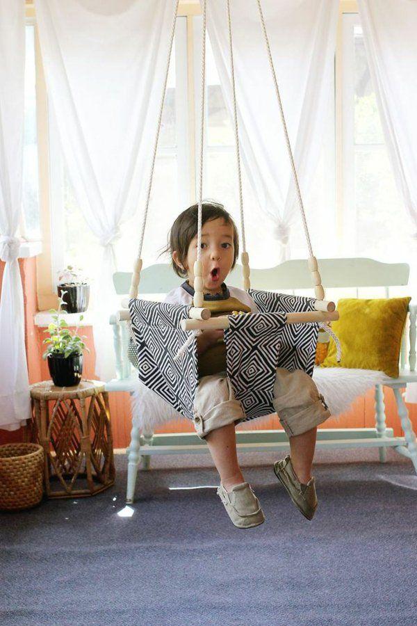 Enfant sur une balançoire