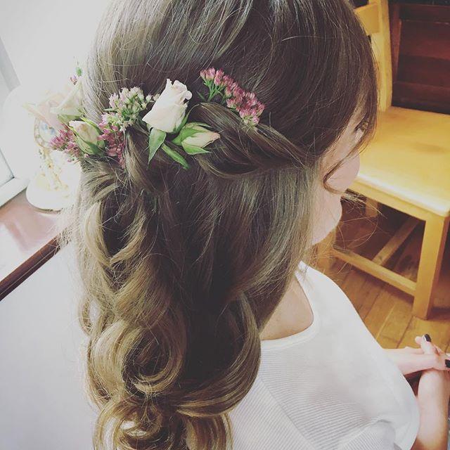 Rebecca  Bitta flower arranging for me! #siansharkeyhairstylist #weddinghairstylistdublin #bridalhair #flowers