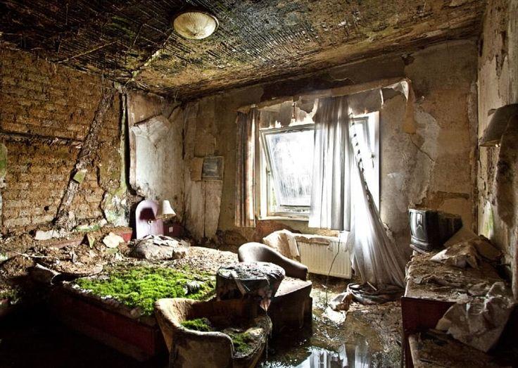 La desolazione e il fascino che contraddistinguono i luoghi abbandonati  sono al centro del lavoro di  Roberto Conte , fotografo che dal 2006 gira  l'Italia e il mondo per ritrarre questi spazi. L'autore ha cercato di catturare le suggestioni di posti come fabbriche, ville,  teatri, ospedali psichia