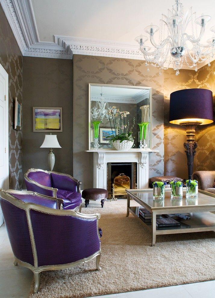 Мебель для гостиной в классическом стиле: в поисках грани между роскошью и китчем http://happymodern.ru/mebel-dlya-gostinoj-v-klassicheskom-stile-35-foto-voploshhennie-roskoshi/ Фиолетовые кресла и абажур напольной лампы интересно смотрятся в классической гостиной