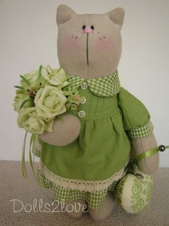 Tilda Cat Kizzy wearing a green dress holding a bunch of roses and a hand embroidered heart, made by Dolls2love on Etsy, €60.00 (sold)