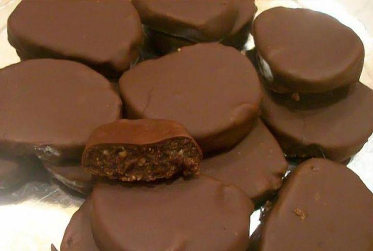 Σπιτικές καριόκες. Υλικά 1 πακέτο (250γρ) μαργαρίνη 8 κουταλιές της σούπας κακάο σε σκόνη 1 ½ πακέτο μπισκότα τύπου πτι-μπερ 1 κουτί ζαχαρο...