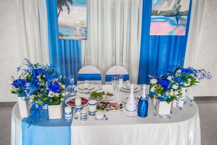 Стол жениха и невесты в синих тонах, морской стиль.