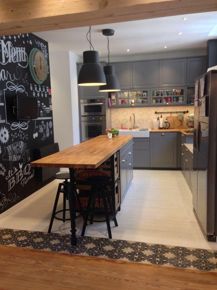 Nouvelle cuisine Ikea Bodbyn gris Metod: tendance scandinave, carreaux de ciment, bois, mur craie chalkboard, domsjo, caisses vin bois