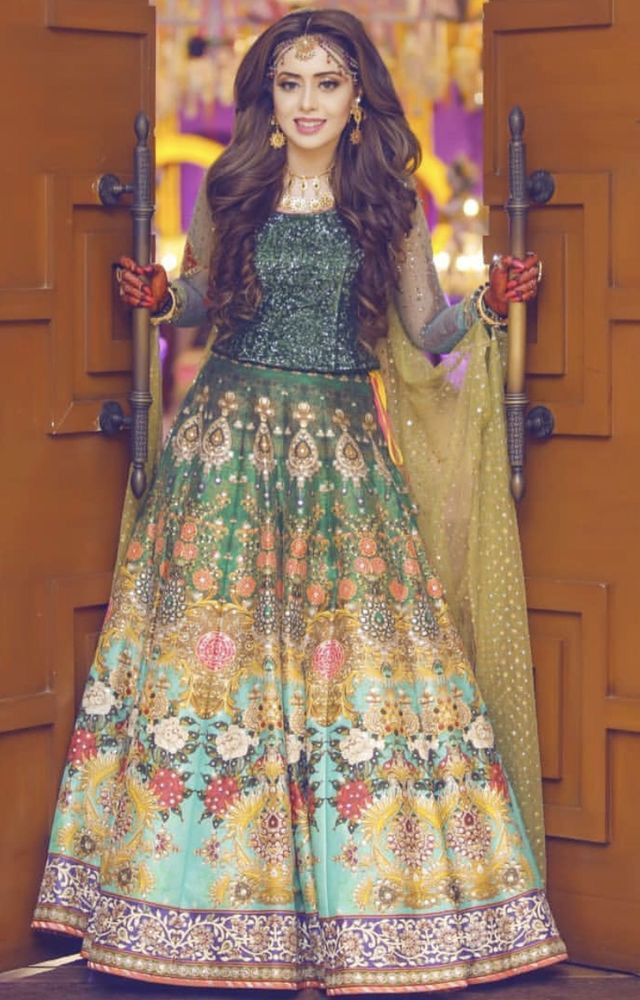 d80dd1c084 Pin by Minahil Sadiq on wedding dress in 2019 | Mehndi brides, Bridal  skirts, Wedding dresses