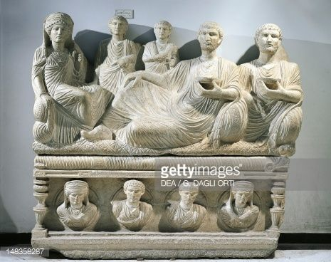 Kunst : Funerary relief depicting a family, from Palmyra, Syria. Roman Civilization 2nd-3rd Century.