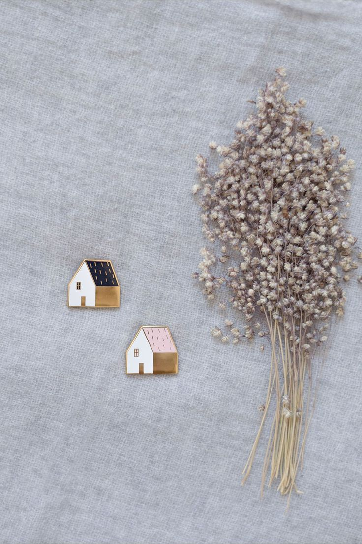 Des broches et des petits bijoux de chez LES PETITS HAUTS (ou un pull doudou si vous avez les sous....)