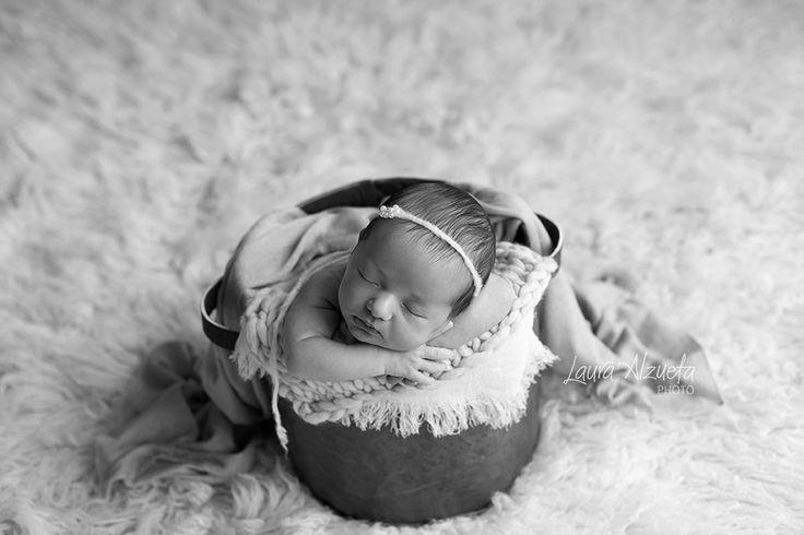 As fotos newborn devem ser feitas nas primeiras semanas de vida, período em que os bebês ainda dormem muito e nos deixam reproduzir as poses em que estavam dentro da barriga. A Pietra colaborou e dormiu o tempo todo, fizémos muitas fotos lindas!!
