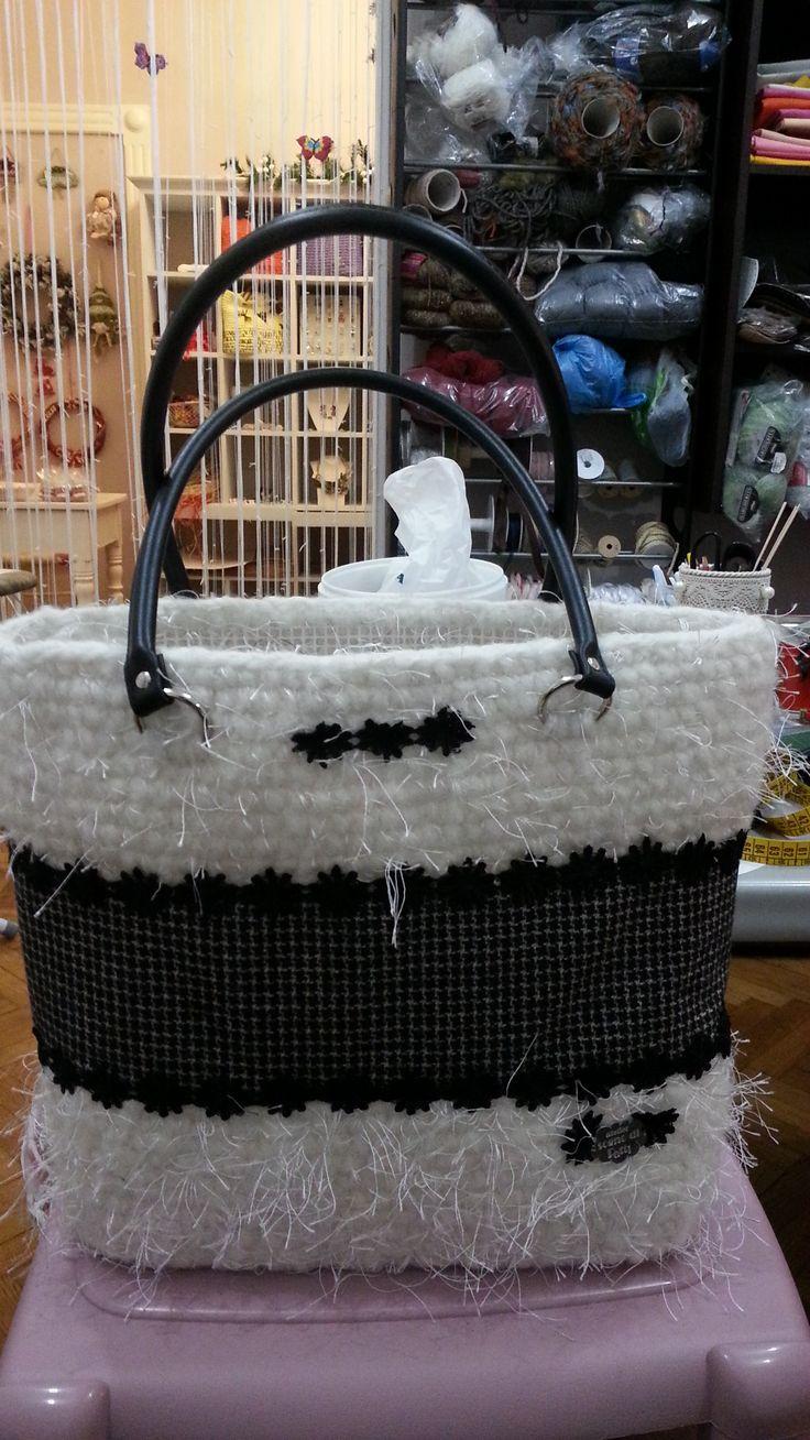 """Combinazione di lana e stoffa con inserti di pizzo, manici e fondo in pelle. """"atelier sogno di Patti"""""""