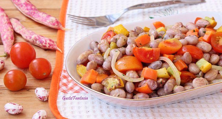 L' Insalata di fagioli borlotti con verdure, preparato con verdure di stagione freschissime appena saltate in padella e legumi freschi, appena raccolti e ...