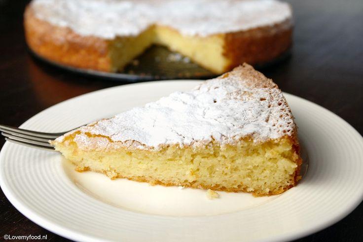 In dit recept voor citroen yoghurt cake gebruik ik olijfolie in plaats van boter, en dat scheelt aardig wat calorieën! Zeker het proberen waard dus!